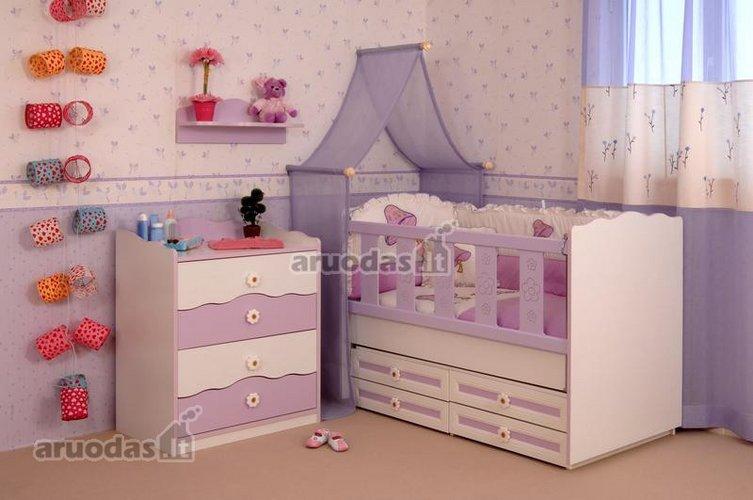 Violetinių atspalvių kūdikio kambarys