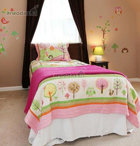 Miško tema dekoruotas mergaitės kambarys