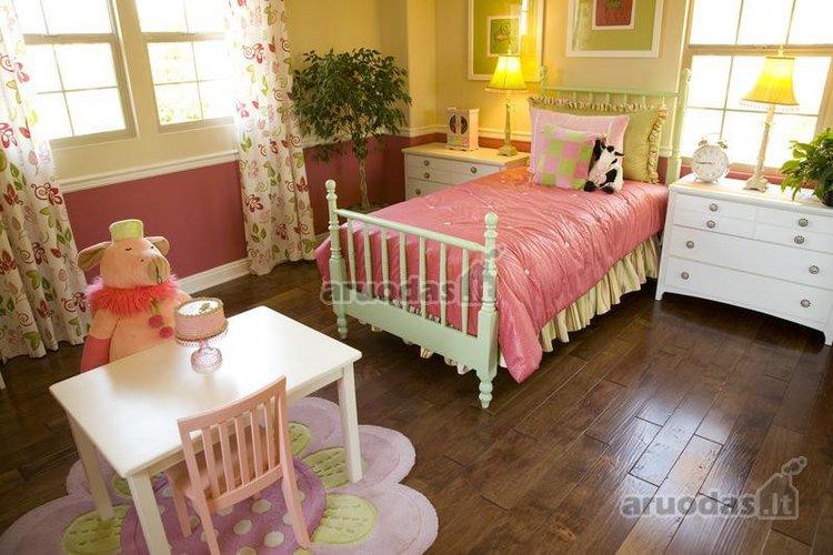 Rožinis akcentas mergaitės kambaryje