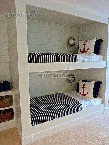 Jūreiviškais motyvais dekoruotas kambarys