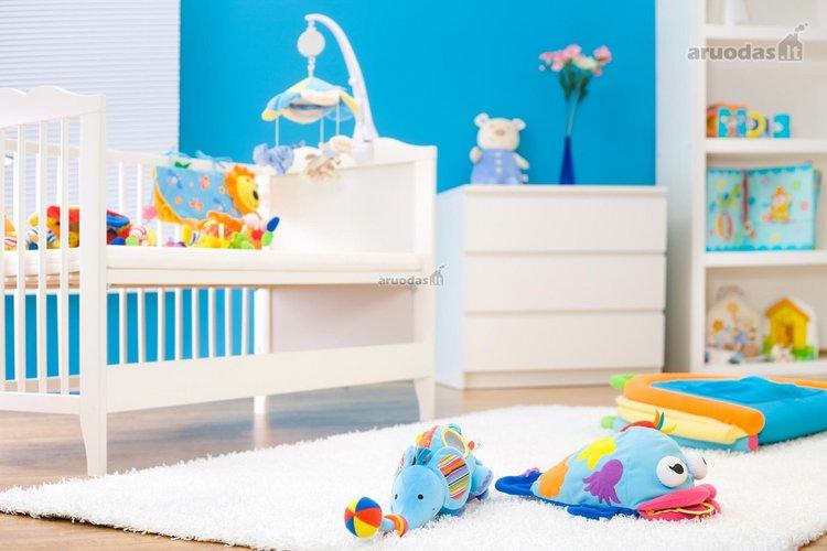 Balta - žydra kūdikio kambarys