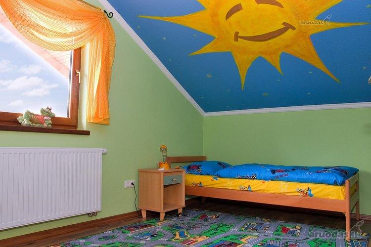 Besišypsanti saulė vaiko kambario interjere