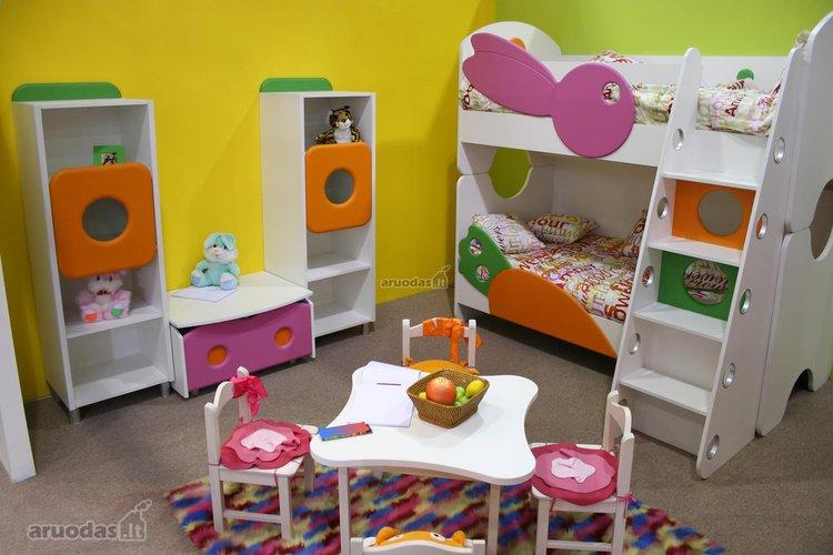 įvairiaspalvėmis formomis dekoruotas kambarys