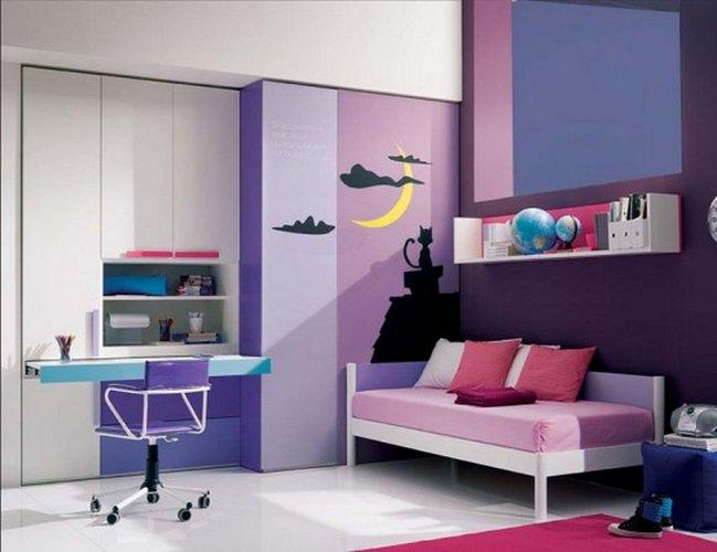 Violetinės atspalviai paauglės kambario dizaine