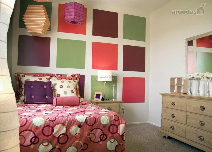 Spalvotais kvadratėliais dekoruotas paauglės kambarys