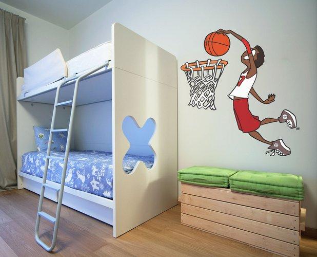 Krepšinio mėgėjo žaismingas kambario interjeras