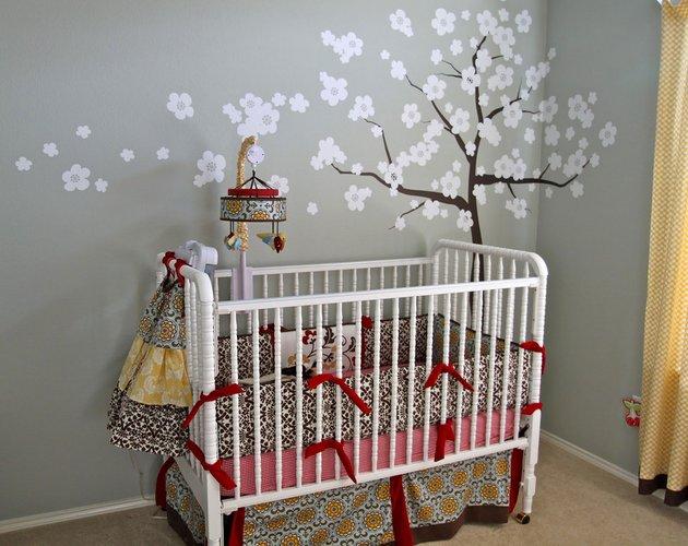 žydinčio medžiodekoracija kūdikio kambaryje