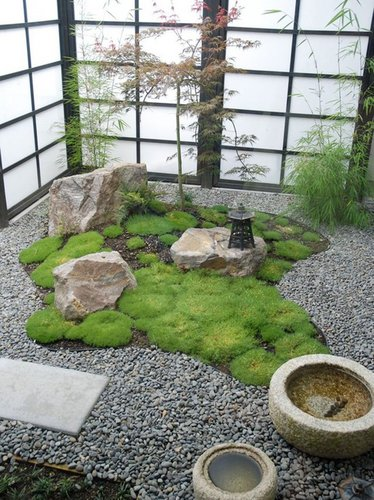 Mažas sodas su fontanu