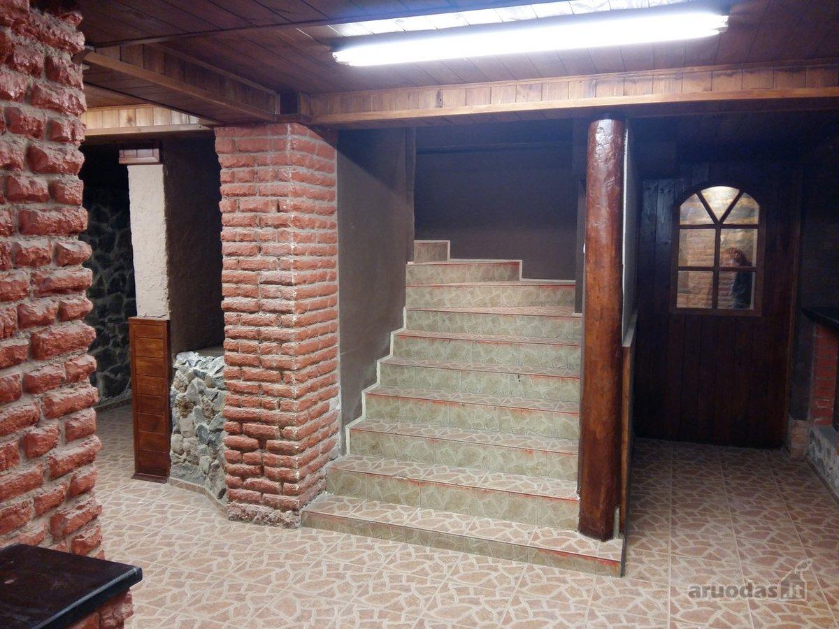 Patalpos yra pastato cokoliniame aukšte.