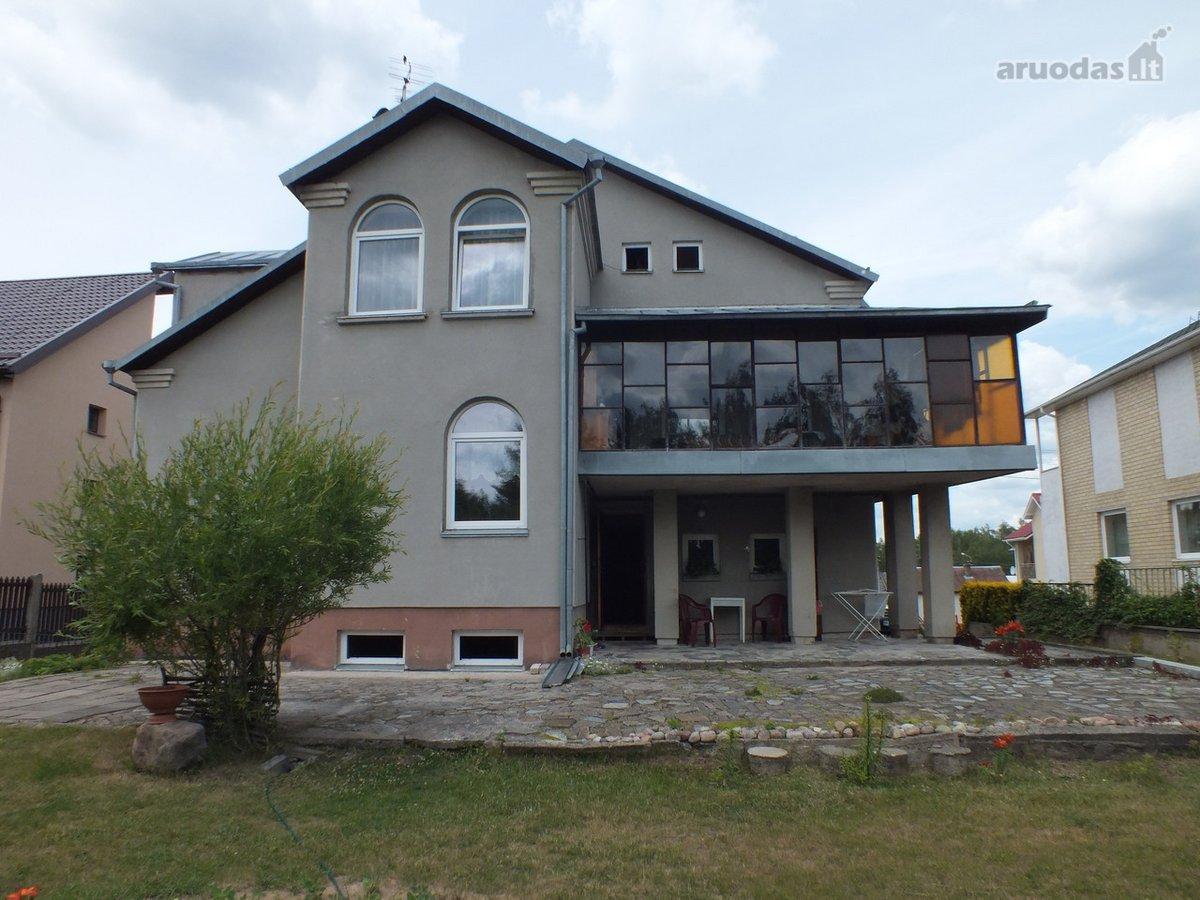 Parduodamas tvarkingas 8 kambarių namas