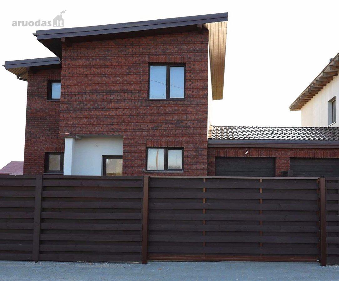 Namai pastatyti iš keramikinių 20 cm pločio