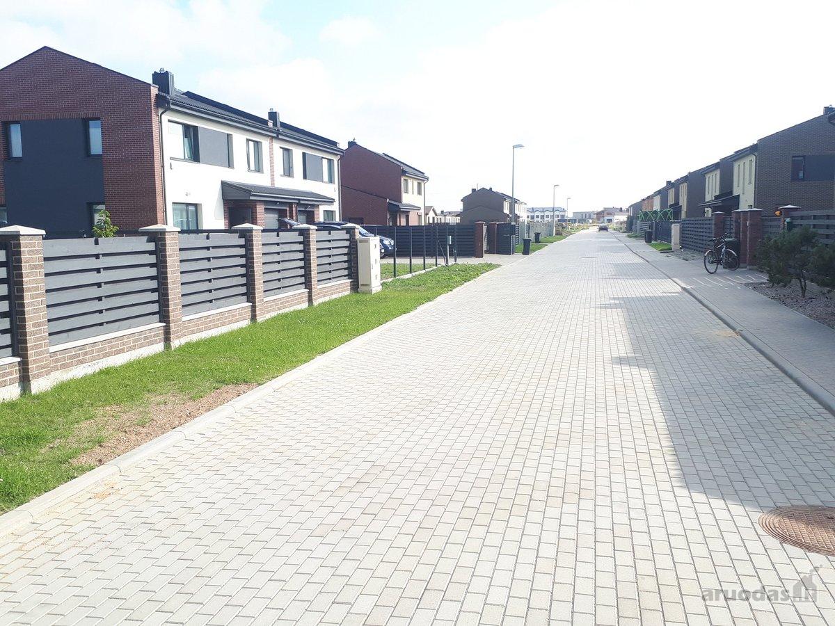 Kvartalo gatvė išklota trinkelėmis.