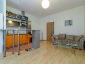 Išnuomojamas MIESTO CENTRE PRIE UPĖS dviejų kambarių butas Privalumai: nuosavas žemės plotas butas įrengtas, su baldais APTVE...