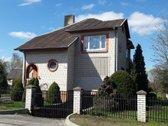 Parduodamas tvarkingas dviejų aukštų namas su
