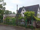 Parduodamas rąstinis dalinai apmūrytas namas