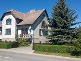 Namas yra patogioje miesto dalyje, netoli uosto.