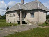 Parduodamas mūrinis namas su ūkiniais pastatais.