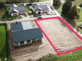 Parduodamas sklypas tarp 4 pastatytu namu