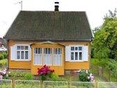 Namas yra pačiame Josvainių miestelio centre.