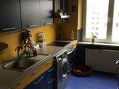 Trijų kambarių butas yra tvarkingame name.